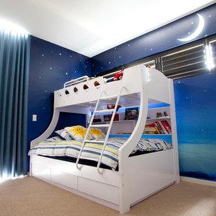 Modern inredning av ett pojkrum, med flerfärgade väggar, heltäckningsmatta och beiget golv