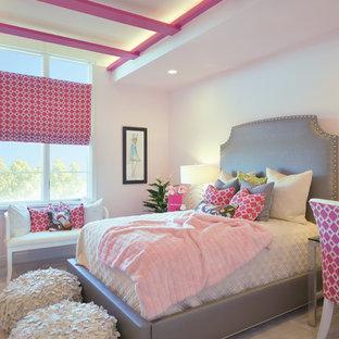 Esempio di una cameretta per bambini da 4 a 10 anni minimal di medie dimensioni con pareti rosa, moquette e pavimento grigio