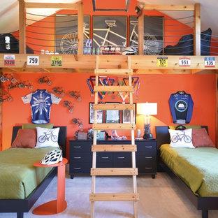 Idéer för små vintage pojkrum kombinerat med sovrum och för 4-10-åringar, med heltäckningsmatta, flerfärgade väggar och beiget golv