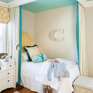 Ejemplo de dormitorio infantil clásico renovado con paredes beige y suelo de madera en tonos medios