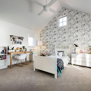 Idee per una grande cameretta per bambini nordica con pareti bianche e moquette