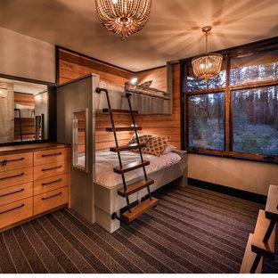 Foto di una cameretta per bambini da 4 a 10 anni tradizionale di medie dimensioni con pareti beige e moquette