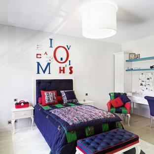 Cette photo montre une grande chambre d'enfant éclectique avec un mur blanc et un sol en bois clair.