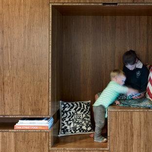 Idéer för ett stort modernt könsneutralt barnrum kombinerat med lekrum och för 4-10-åringar, med plywoodgolv