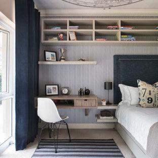 Ispirazione per una cameretta per bambini tradizionale di medie dimensioni con pareti grigie, moquette, pavimento grigio, soffitto in carta da parati e carta da parati