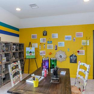 Cette image montre une chambre d'enfant de 4 à 10 ans de taille moyenne avec moquette et un mur multicolore.