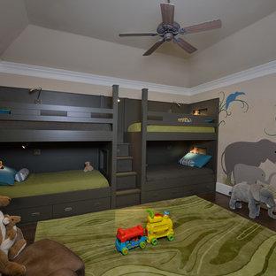Immagine di una grande cameretta per bambini da 4 a 10 anni chic con pareti beige e pavimento in legno massello medio