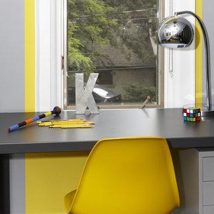 Diseño de dormitorio infantil minimalista, grande, con paredes grises y moqueta