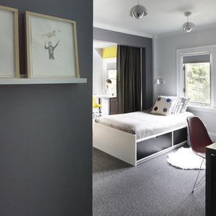 Imagen de dormitorio infantil moderno, grande, con paredes grises, moqueta y suelo gris