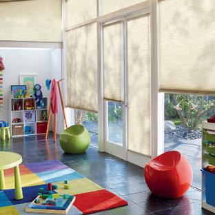 Inspiration för mellanstora moderna könsneutrala barnrum kombinerat med lekrum och för 4-10-åringar, med vita väggar, klinkergolv i keramik och grått golv