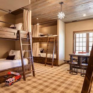 Immagine di una cameretta per bambini da 4 a 10 anni rustica di medie dimensioni con pareti beige, moquette e pavimento multicolore