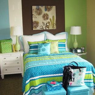 Modelo de dormitorio infantil contemporáneo con paredes multicolor, moqueta y suelo verde
