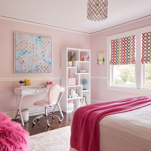 Idéer för vintage flickrum, med rosa väggar, mörkt trägolv och brunt golv