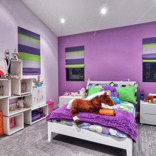 Inredning av ett modernt flickrum kombinerat med sovrum och för 4-10-åringar, med lila väggar, heltäckningsmatta och grått golv
