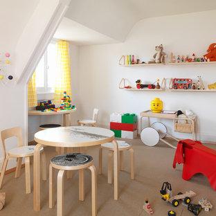 Inspiration för stora nordiska könsneutrala småbarnsrum kombinerat med lekrum, med vita väggar och korkgolv