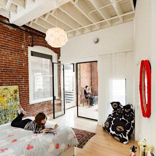 Industrial Kinderzimmer mit Schlafplatz, weißer Wandfarbe und hellem Holzboden in Portland