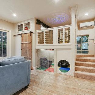 Immagine di una piccola cameretta per bambini da 4 a 10 anni classica con pareti beige