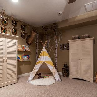 Idéer för ett mellanstort rustikt könsneutralt barnrum kombinerat med lekrum, med bruna väggar och heltäckningsmatta