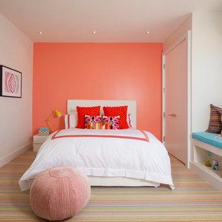 Modern inredning av ett barnrum, med rosa väggar och heltäckningsmatta