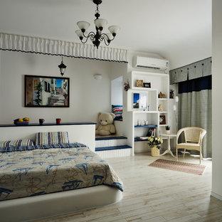 Mediterranes Kinderzimmer mit Schlafplatz, weißer Wandfarbe und hellem Holzboden in Hongkong
