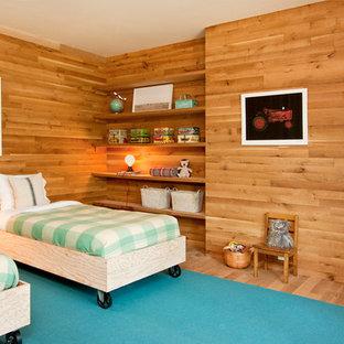 Inspiration för ett funkis könsneutralt barnrum kombinerat med sovrum och för 4-10-åringar, med mellanmörkt trägolv och gula väggar