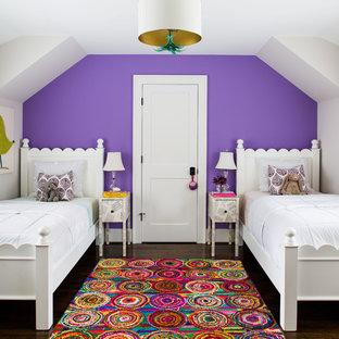 Exempel på ett klassiskt flickrum kombinerat med sovrum, med lila väggar och mörkt trägolv