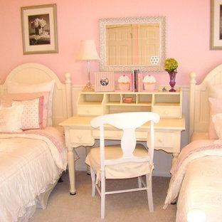 Immagine di una cameretta per bambini da 4 a 10 anni eclettica con pareti rosa e moquette