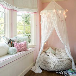 Idee per una cameretta da letto tradizionale con pareti rosa, parquet scuro e pavimento marrone