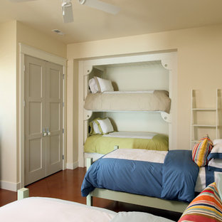 Inspiration för stora klassiska barnrum, med gula väggar och klinkergolv i porslin