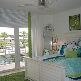 Ejemplo de dormitorio infantil exótico, de tamaño medio, con paredes blancas y suelo de travertino