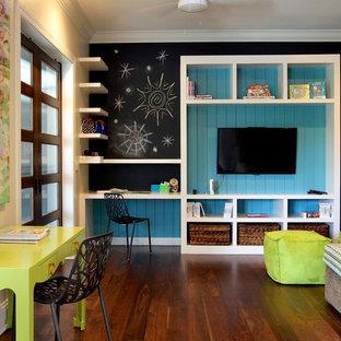 Exempel på ett modernt könsneutralt tonårsrum kombinerat med skrivbord, med mörkt trägolv, flerfärgade väggar och brunt golv