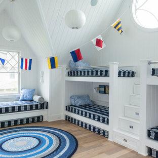 Exemple d'une chambre d'enfant bord de mer avec un mur blanc.