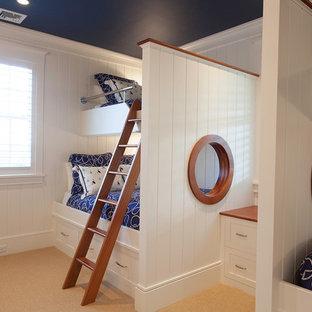 Immagine di una cameretta per bambini da 4 a 10 anni stile marinaro con pareti bianche