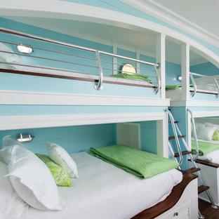 Neutrales Maritimes Kinderzimmer mit Schlafplatz, blauer Wandfarbe, dunklem Holzboden und braunem Boden in Sonstige