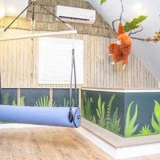 アトランタの大きいトロピカルスタイルのおしゃれな子供部屋 (マルチカラーの壁、無垢フローリング) の写真