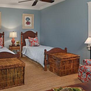 Inspiration för mellanstora exotiska könsneutrala barnrum kombinerat med sovrum och för 4-10-åringar, med blå väggar, travertin golv och beiget golv