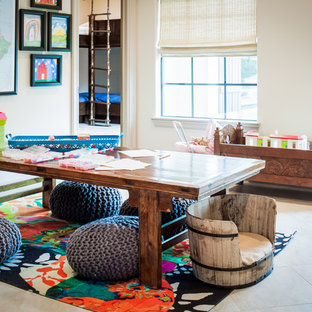 Réalisation d'une chambre neutre de 4 à 10 ans chalet avec un bureau, un mur beige et un sol en travertin.