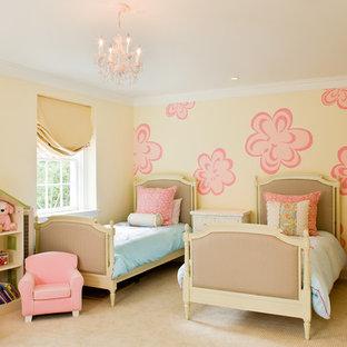 Réalisation d'une chambre d'enfant de 4 à 10 ans tradition de taille moyenne avec moquette, un mur multicolore et un sol beige.