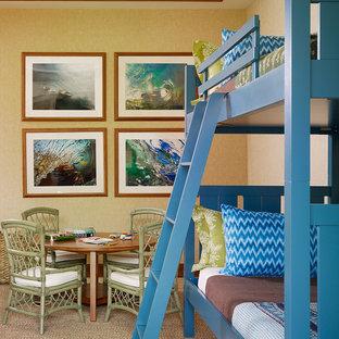 Exempel på ett exotiskt könsneutralt barnrum kombinerat med sovrum och för 4-10-åringar, med heltäckningsmatta, beiget golv och gula väggar