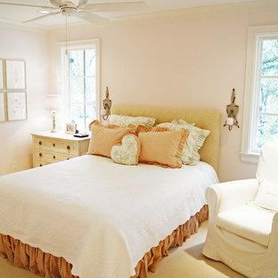 Modelo de dormitorio infantil tradicional con moqueta y paredes rosas