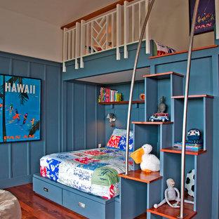 Bild på ett tropiskt könsneutralt barnrum kombinerat med sovrum och för 4-10-åringar, med blå väggar och mellanmörkt trägolv