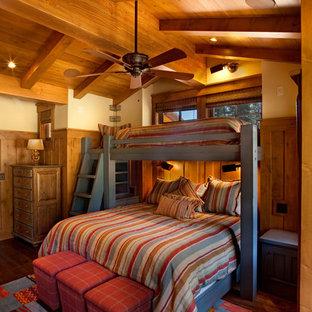 Imagen de dormitorio infantil de 4 a 10 años, rural, de tamaño medio, con paredes beige y suelo de madera oscura