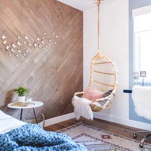 Inspiration pour une chambre d'enfant marine avec un mur multicolore et un sol en bois foncé.