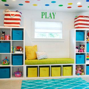 Пример оригинального дизайна: маленькая нейтральная детская с игровой в современном стиле с белыми стенами и полом из керамической плитки для ребенка от 1 до 3 лет