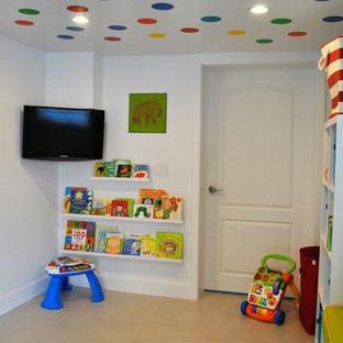 Modelo de dormitorio infantil minimalista, pequeño, con paredes blancas y suelo de baldosas de cerámica