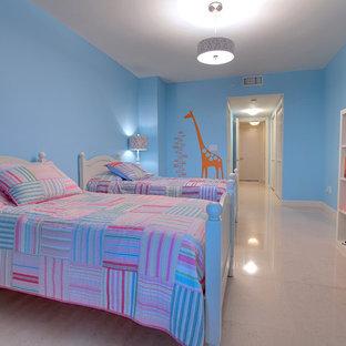 Идея дизайна: большая детская в стиле фьюжн с спальным местом, синими стенами, бежевым полом и мраморным полом для ребенка от 4 до 10 лет, девочки