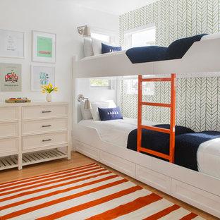 Inspiration för ett maritimt barnrum, med vita väggar, mellanmörkt trägolv och brunt golv