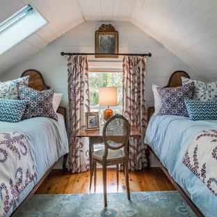 Foto di una cameretta per bambini classica con pareti bianche, pavimento in legno massello medio e pavimento arancione