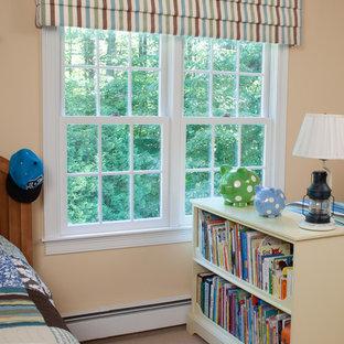 Idées déco pour une chambre d'enfant de 4 à 10 ans classique de taille moyenne avec moquette, un mur orange et un sol beige.