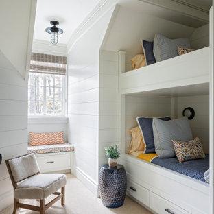 Idee per una cameretta da letto stile marinaro con pareti bianche, moquette, pavimento beige e pareti in perlinato